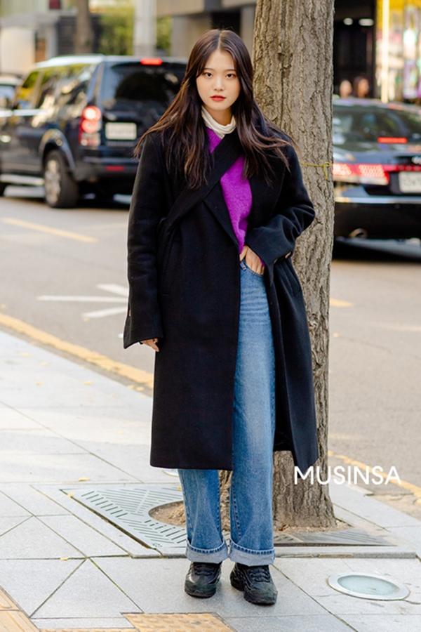 Với chiếc áo khoác dáng dài tối màu, cô bạn này đã áp dụng ngay công thức đơn giản mà quen thuộc khimix nó cùng áo len và quần jean ấm áp.