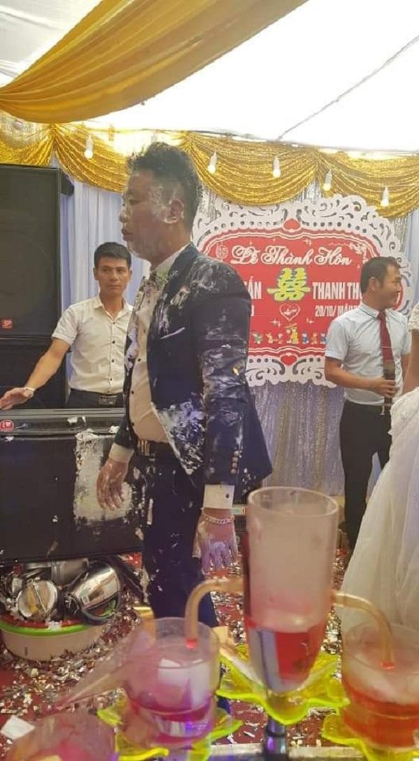 Cô dâu chú rể mặt thất thần khi bị nhóm bạn bôi bánh kem be bét khắp người trong tiệc cưới 0