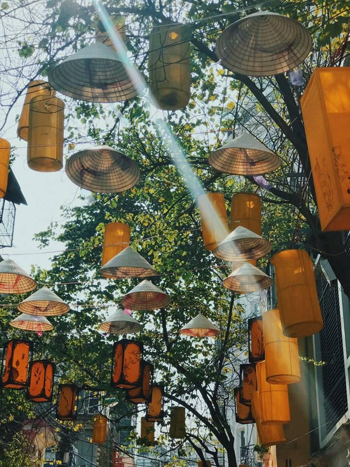 Hơn 1000 chiếc nón lá được các nghệ nhân kỳ công bày trí.