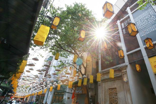 Những chiếc đèn lồng được trưng bày dọc 2 bên phố là điểm nhấn sáng tạo ở con đường nón lá này.