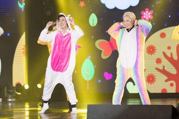 Ngoài ra, cũng trên sân khấu đêm nhạc, Erik và Đức Phúc còn nhận được sự cổ vũ lớn với màn nhảy cực dễ thương.