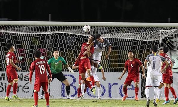 Philippines không có nhiều tình huống treo bóng bổng vào trước cầu môn Việt Nam. Ảnh: Đức Đồng.