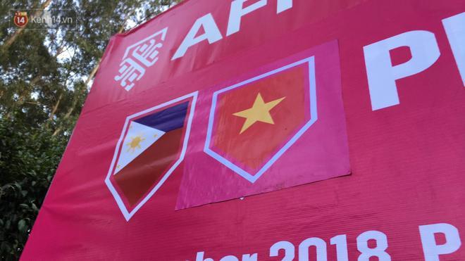 Họ in quốc kỳ Việt Nam và dán đè lên.