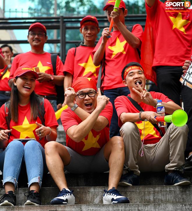 Các cổ động viên Việt Nam cũng có mặt từ sớm để tiếp lửa cho thầy trò HLV Park Hang-seo.