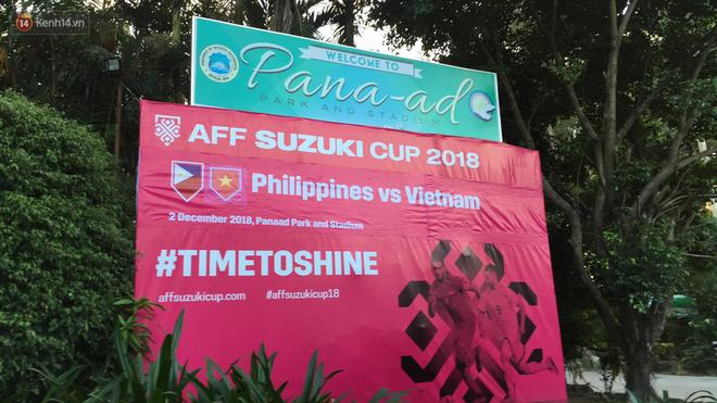 Tất nhiên hình ảnh của cầu thủ Singapore thì không thể thay đổi. Anh chàng làm tấm biển này có lẽ sẽ phải nhận một hình phạt vì sai lầm ngớ ngẩn này.