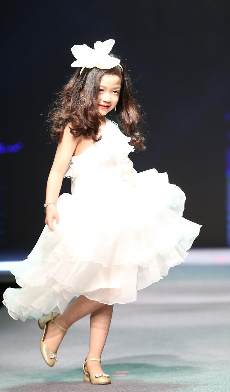 Dàn mẫu nhí trình diễn chuyên nghiệp trong Gala thời trang hướng đến trẻ tự kỷ 0