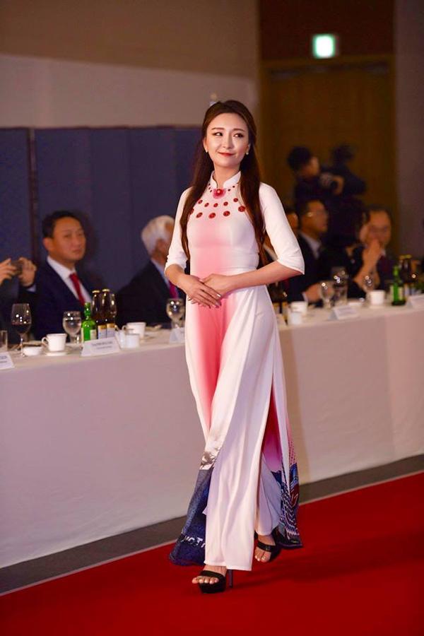 'Quỳnh búp bê' tái xuất sàn catwalk, mở màn show diễn áo dài của NTK Đỗ Trịnh Hoài Nam tại Hàn Quốc 6