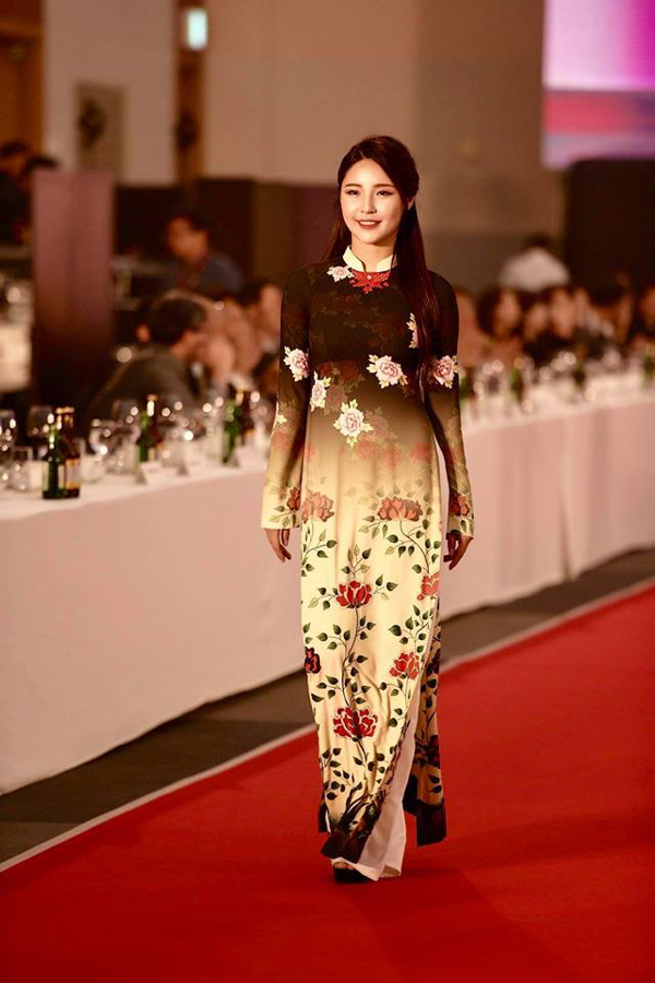 Một số người mẫu Hàn Quốc tham gia vào buổi trình diễn bộ sưu tập .