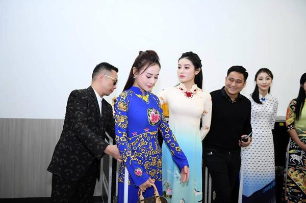 Hình ảnh nhà thiết kế Đỗ Trịnh Hoài Nam chỉnh sửa lại trang phục cho các người mẫu đằng sau hậu trường.