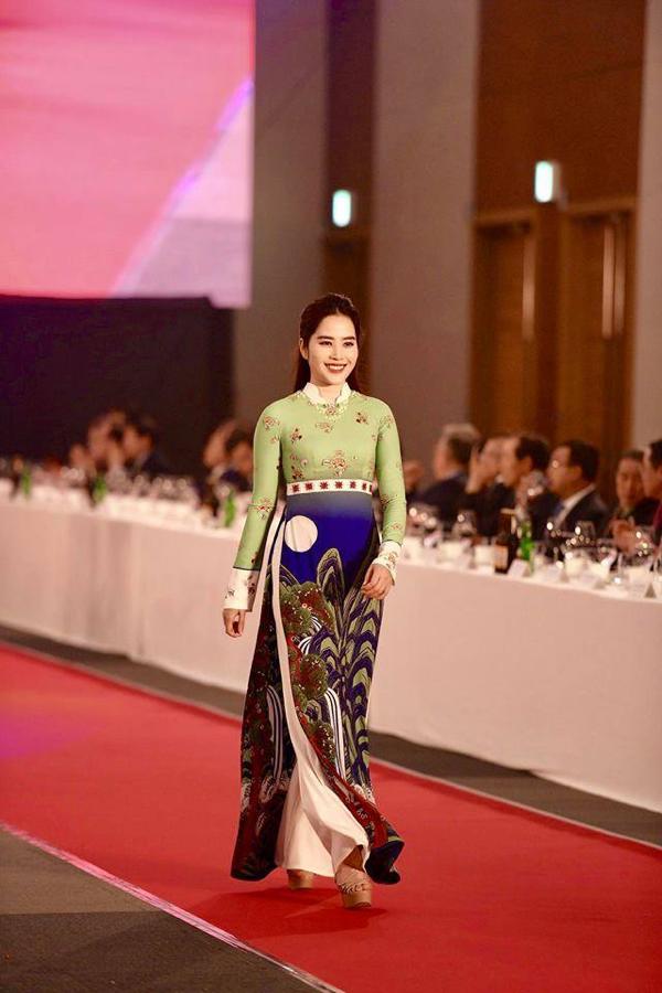 Nam Em tái xuất sàn diễn vớichiếc áo dài mang họa tiết truyền thống của Hàn Quốc.