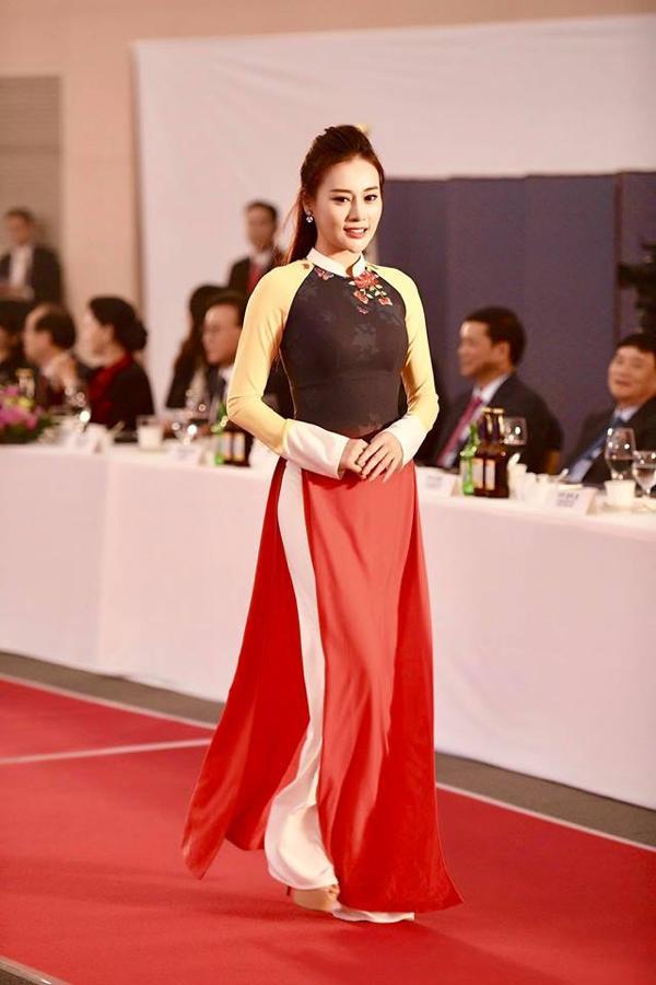 Nữ người mẫu, diễn viên sải bước tự tin với nụ cười dịu dàng luôn nở rộ trên môi, làm toát lên khí chất dịu dàng, điềm đạm của chiếc áo dài và người con gái Việt.