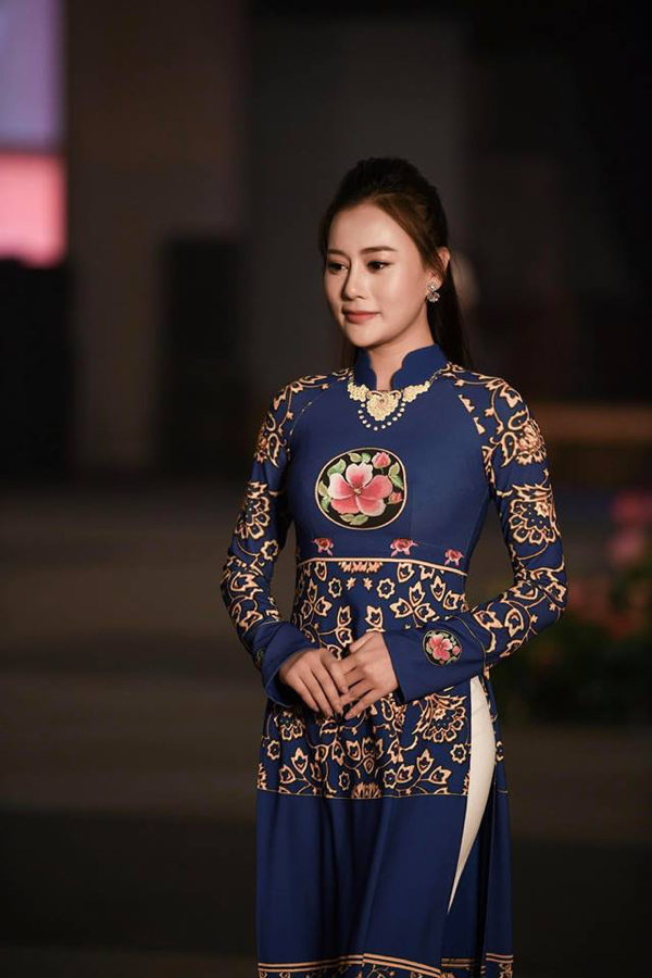 Với những kinh nghiệm làm người mẫu trước đó, Phương Oanh đã hoàn thành rất tốt nhiệm vụ mở đầu cho buổi trình diễn áo dài này.