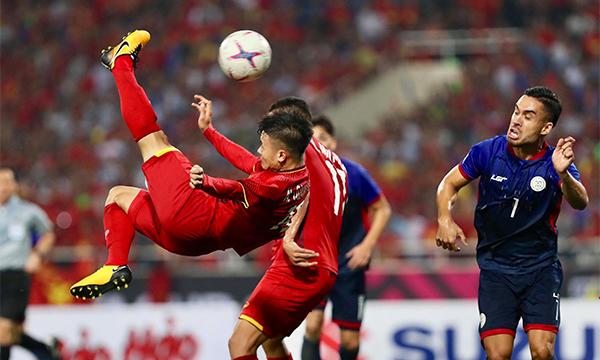 Quang Hải tung người bắt vô-lê đẹp mắt, nhưng không đủ lực và hiểm để làm khó thủ môn Philippines. Ảnh: Đức Đồng.