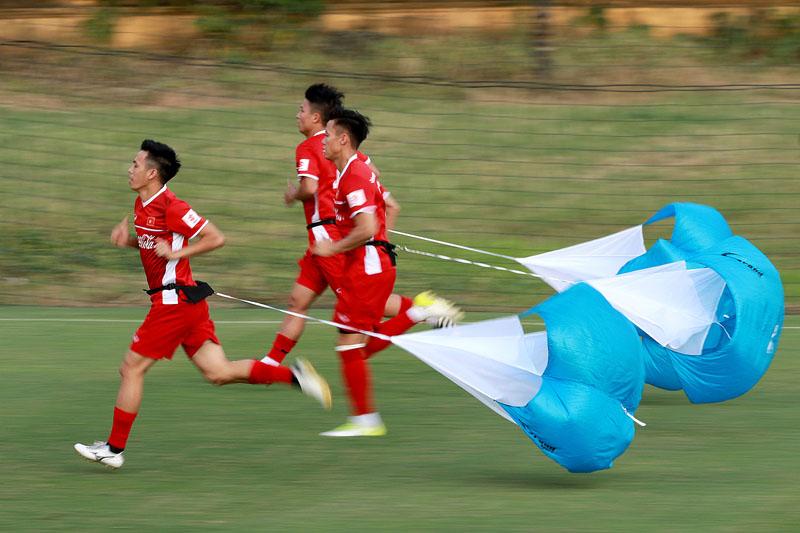 Hóa ra khoảnh khắc Quang Hải bị cầu thủ đội bạn kéo áo đã được HLV Park Hang-seo 'tiên tri' rồi đây! 1