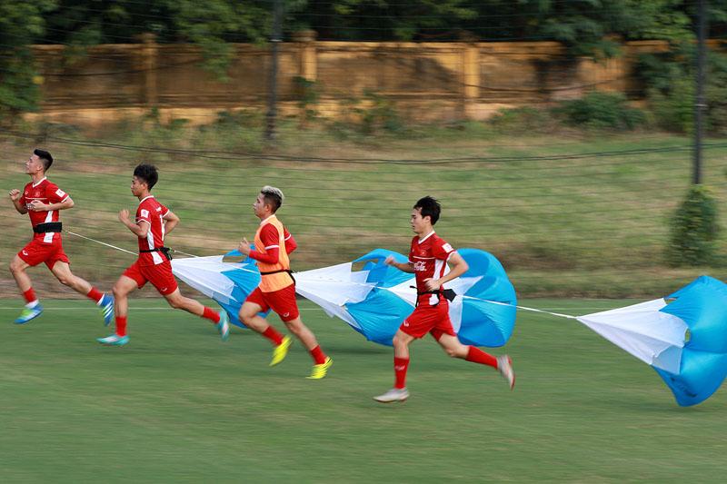 Hóa ra khoảnh khắc Quang Hải bị cầu thủ đội bạn kéo áo đã được HLV Park Hang-seo 'tiên tri' rồi đây! 2