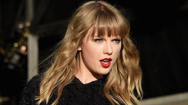 Taylor Swift - con cưng của hội đồng Grammy chỉ nhận được vẻn vẹn 1 đề cử Album nhạc pop xuất sắc nhất cho Reputation. Đây chính là album ăn khách nhất trong năm qua, thế nhưng điều đó cũng không giúp Reputation lọt vào 'mắt xanh' của Grammy. So với thành tích 2 lần đoạt giải Album của năm trước đây thì Taylor Swift lần này đã thất bại khi Reputation còn không có tên trong danh sách đề cử của hạng mục quan trọng này. Người hâm mộ cùng giới phê bình đang nhiệt liệt đòi lại công bằng cho Taylor Swift.