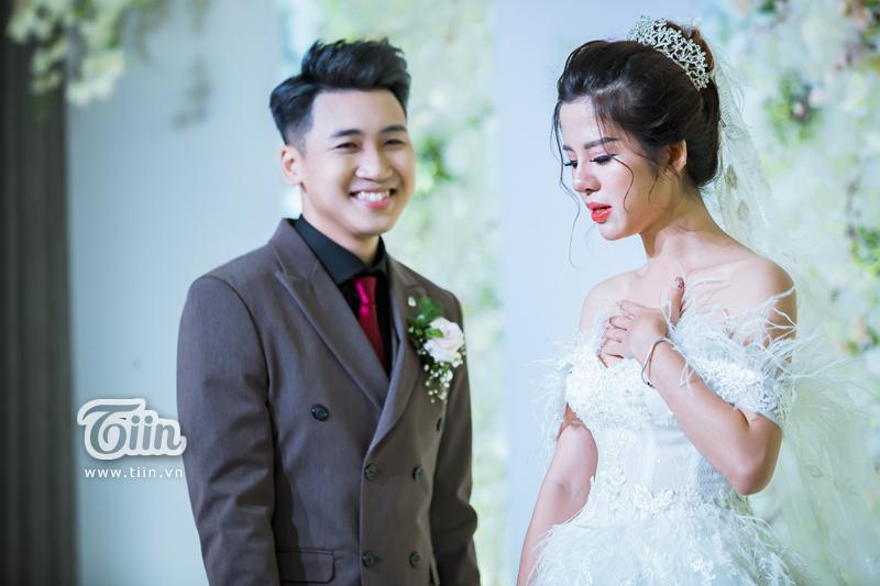 Cô dâu Mỹ Linh vô cùng xúc động trước đoạn vlog lãng mạn mà Huy Cung dành tặng.