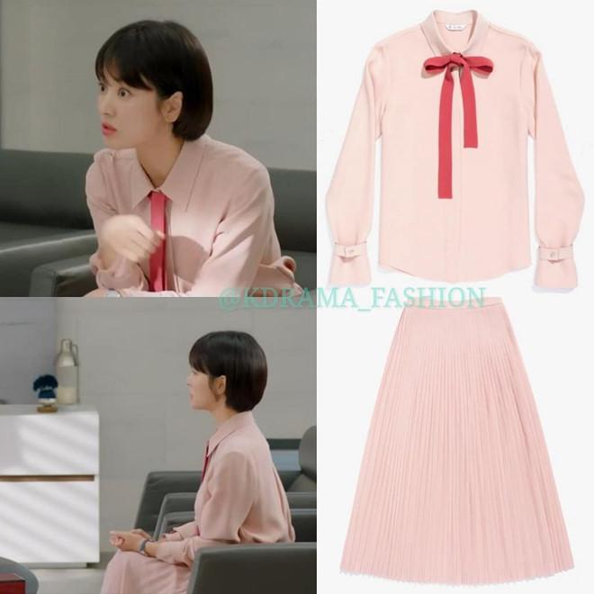 Song Hye Kyo đẹp dịu dàng, thanh lịch với set đồ hồng pastel với điểm nhấn thắt nơ ở cổ củaLoro Piana có giá lên đến 93 triệu đồng