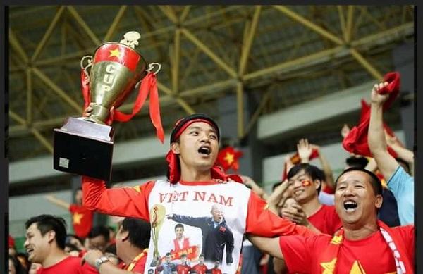 CĐV 'có tâm nhất năm': Dâng cup kèm dự đoán tỉ số thắp hương xin tổ tiên phù hộ cho đội tuyển Việt Nam 2