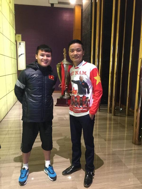CĐV 'có tâm nhất năm': Dâng cup kèm dự đoán tỉ số thắp hương xin tổ tiên phù hộ cho đội tuyển Việt Nam 5