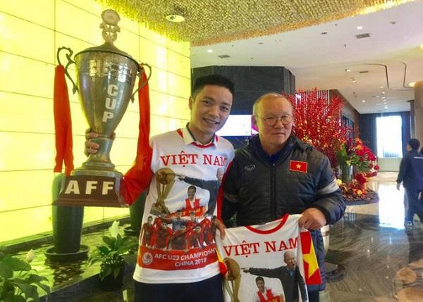 Anh Duy cũng khá thân thiết với các cầu thủ của đội tuyển Việt Nam.