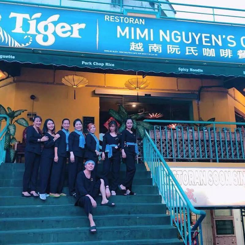 Cửa hàng ăn của chị Mi khá gần sân vận động.