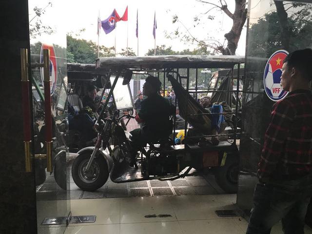 Thương binh dùng xe ba gác chặn lối ra vào của trụ sở VFF.