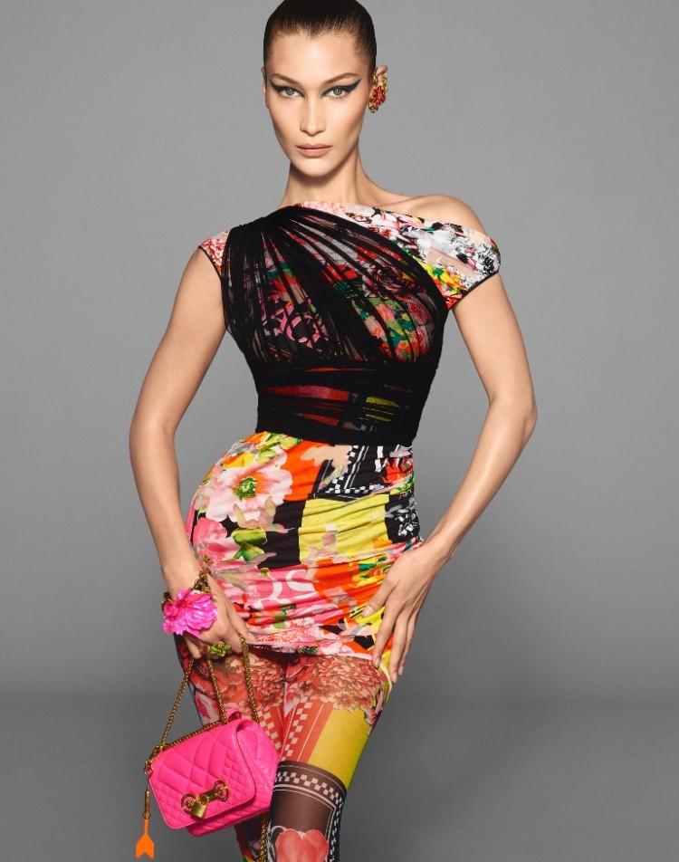 Nàng siêu mẫu đình đám Bella Hadid luôn góp mặt trong các chiến dịch thời trang của các hãng danh tiếng và Versace cũng không ngoại lệ.
