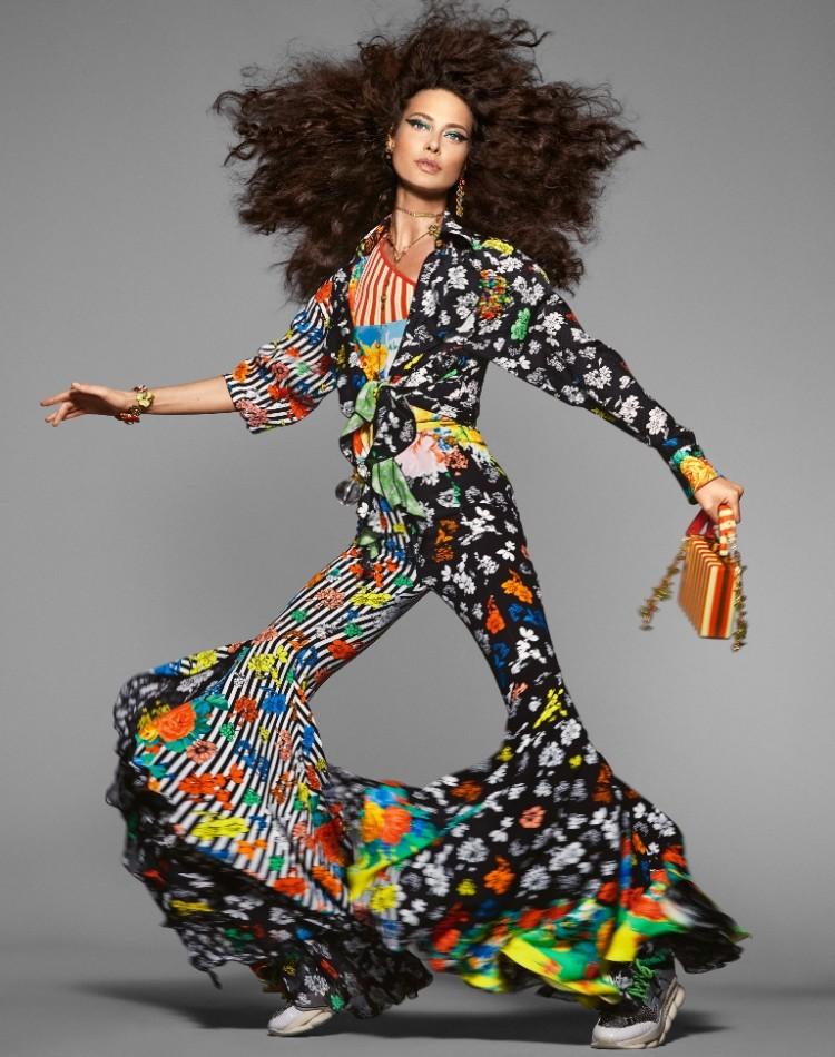 Bộ sưu tập này mang đậm chất retro năm 90 như nàng mẫu Shalom Harlow đang khoác lên mình bộ đồ bộ quần ống loe với gam màu rực rỡ cùng quả tóc xù.