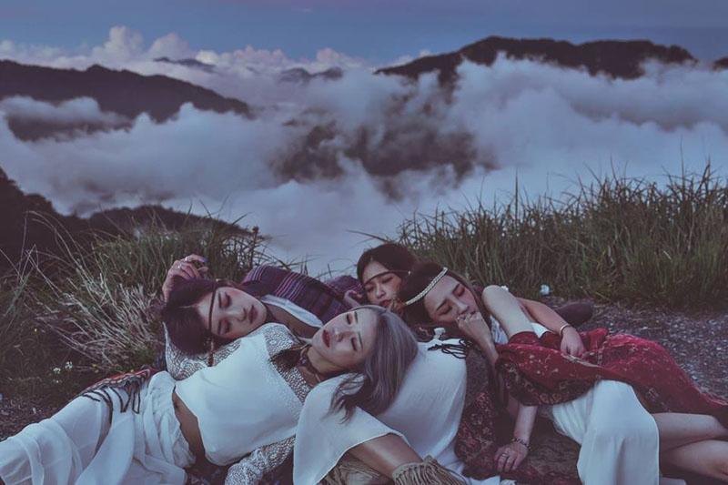 Sự thật về những bức ảnh 4 cô gái diện trang phục hở bạo, tạo dáng phản cảm gây phẫn nộ 8