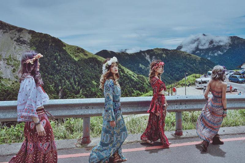 Sự thật về những bức ảnh 4 cô gái diện trang phục hở bạo, tạo dáng phản cảm gây phẫn nộ 9