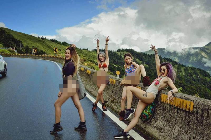 4 cô gái diện trang phục hở bạo, tạo dáng phản cảm khiến dân mạng phẫn nộ.