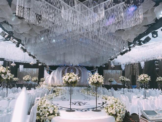 Không gian tiệc cưới xa hoa, hiện đại.