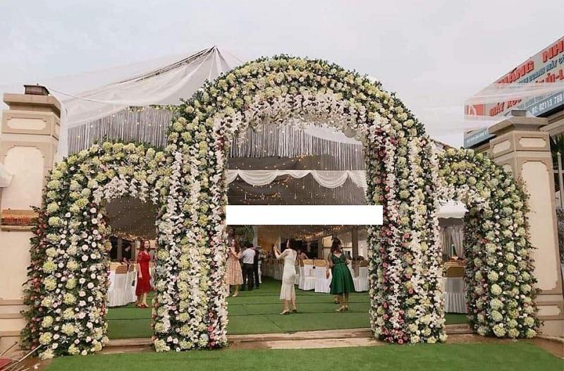 Cổng đám cưới trang trí hoàn toàn bằng hoa tươi.