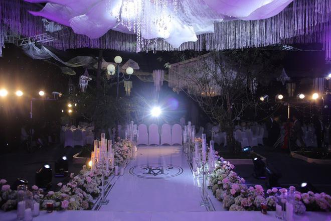Phần sân khấu cũng được thiết kế công phu và trang trí bằng toàn bộ hoa tươi vận chuyển về từ Đà Lạt.