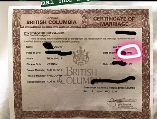 Meo Meo khoe giấy đăng kí kết hôn của cả hai.