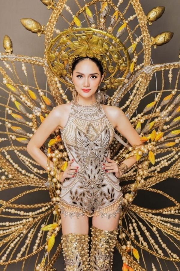 Lấy sắc vàng chủ đạo, phần bodysuit và giày boot đính đá cầu kỳ. Mấn đội đầu của Hương Giangkhông quá hoành tráng nhưng lại 'ghi điểm'ở độ tinh xảo, giàu ý nghĩa biểu tượng.