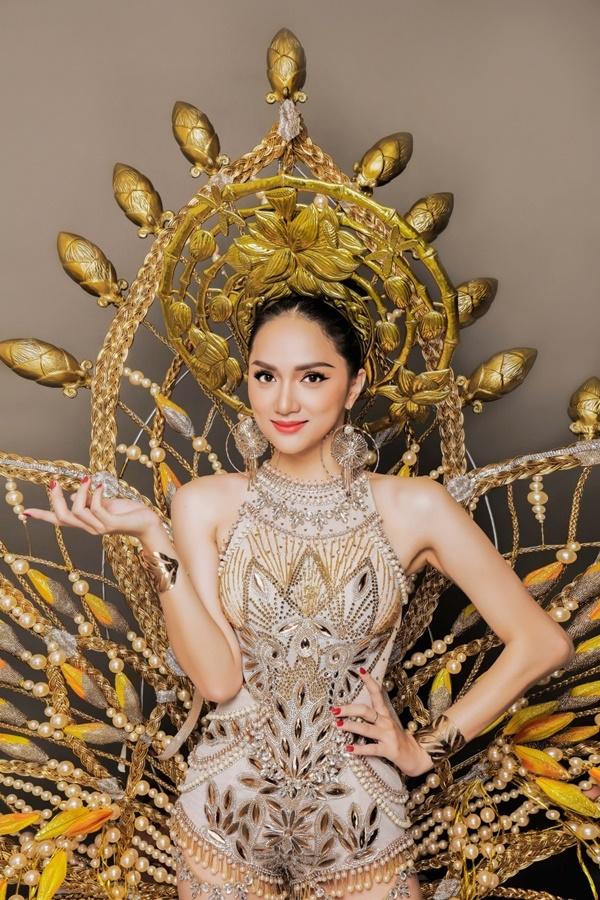 Bộ trang phục mà Hương Giang mang đến Miss International Queen 2018có tên 'Golden Lotus - Hoa sen vàng',được thực hiện bởi bàn tay tài hoa của NTK Ngô Mạnh Đông Đông.