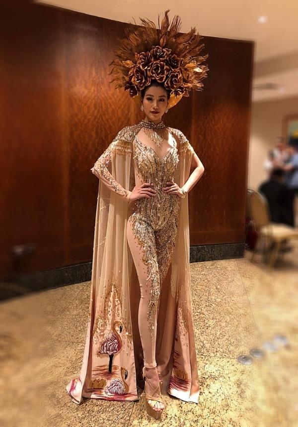 Bộ trang phục dự thi do NTK Linh San thực hiện, lấy cảm hứng từ hình ảnh các vị thần Hy Lạp, đặc biệt là vị thần Mặt trời theo đúng chủ đề của cuộc thi.