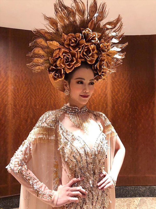 Bộ Quốc phục là sự kết hợp tinh tế, sắc sảo giữa hình ảnh nữ thần phương Tây và sự uy dũng của vẻ đẹp trang phục nữ tướng Việt Nam.Thiết kế này đã giúp Phương Khánh giành Huy chương vàng Trang phục dân tộc châu Á và châu Đại dương.