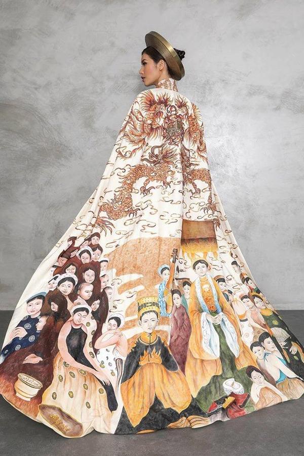 Chiếc áo dài đặc biệt mang thông điệp đề cao tinh thần đoàn kết và tôn vinh nguồn gốc cao quý của dân tộc Việt Nam đã giúp Minh Tú ghi tên vào Top 10 trang phục dân tộc đẹp nhất.