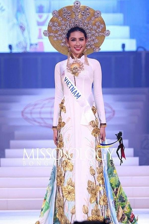 Tuy nhiên, tại chung kết Miss International 2018, Thùy Tiên đã bất ngờ thay đổi chiếc mấn đội đầu của bộ trang phục dân tộc so với hình ảnh đã từng công bố trước đó.Đây chắc hẳn là một quyết định đúng đắn và dứt khoát của cô nàng để làm cho bộ Quốc phục trở nên tinh tế và sang trọng hơn.