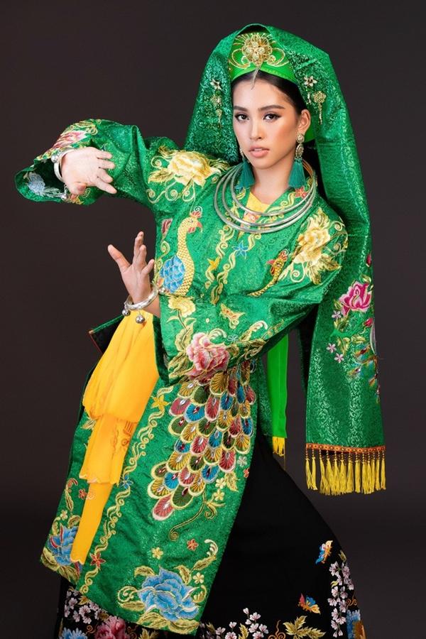 Hoa hậu Tiểu Vy lựa chọn trang phục dân tộc làtrang phục hầu đồng.