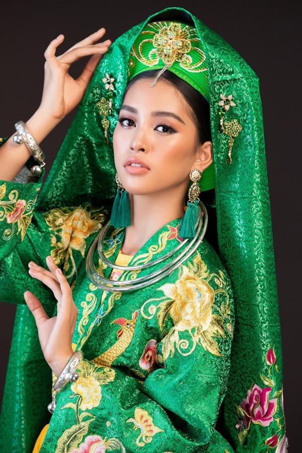 Với bộ trang phục hầu đồng màu xanh, mang khăn mỹ và cài trâm hoa tuyệt đẹp, Tiểu Vy trông xinh đẹp xuất sắc.