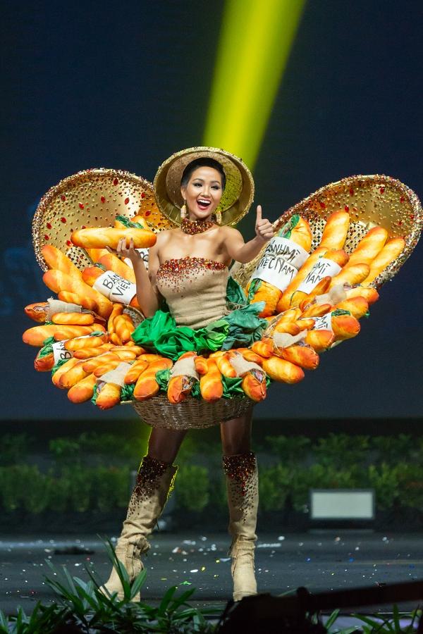 Bộ trang phục dân tộc mang tên 'Bánh mì' của NTK Phạm Phước Điền.