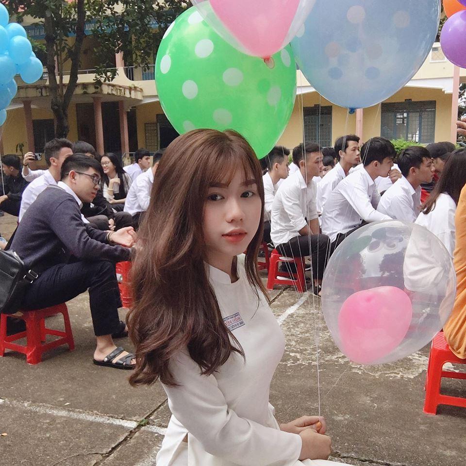 Trong tà áo dài trắng tinh khôi, trông cô nàng còn đặc biệt xinh đẹp hơn