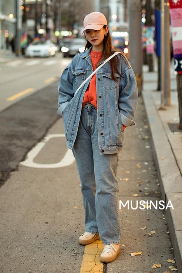 Cô bạn này lại trông vô cùng cá tính khỏe khoắn khi diện cả cây đồ denim. Chiếc mũ lưỡi trai màu pastel dường như là phụ kiện hoàn hảo giúp hoàn thiện set đồ street style này.