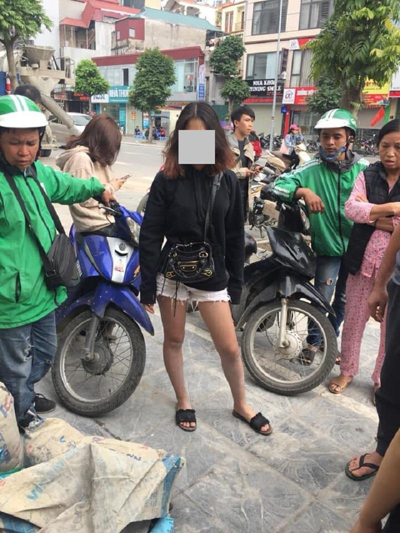 Cô gáiđịnh xé áo tình địch ngay giữa chốn đông người