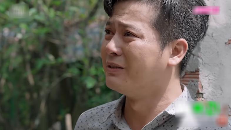 Công cũng tiết lộ việc Hươngvì mẹ đã bán nhà cho bà chữa bệnh và bất lực đặt câu hỏi 'Hương thương mẹ như vậy, mà tại sao mẹ không thương Hương gì hết vậy?'