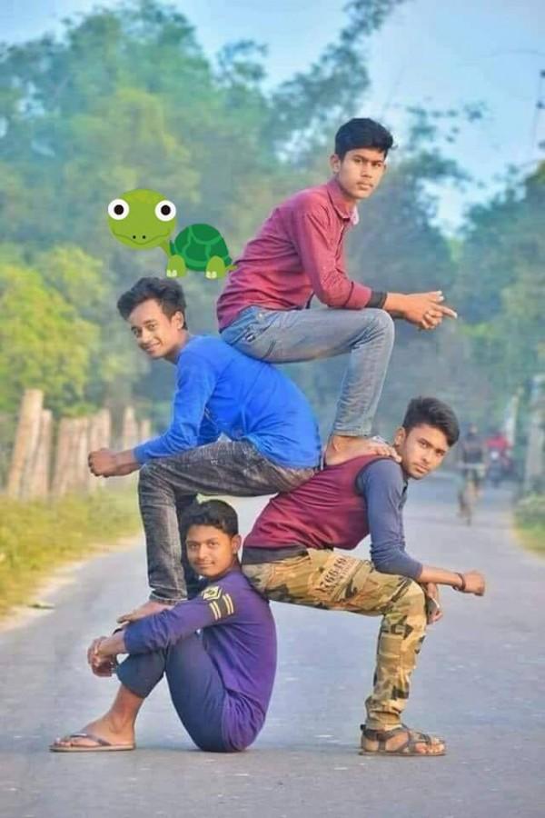 Bức ảnh 4 chàng trai Ấn Độ gây sốt với cách tạo dáng độc